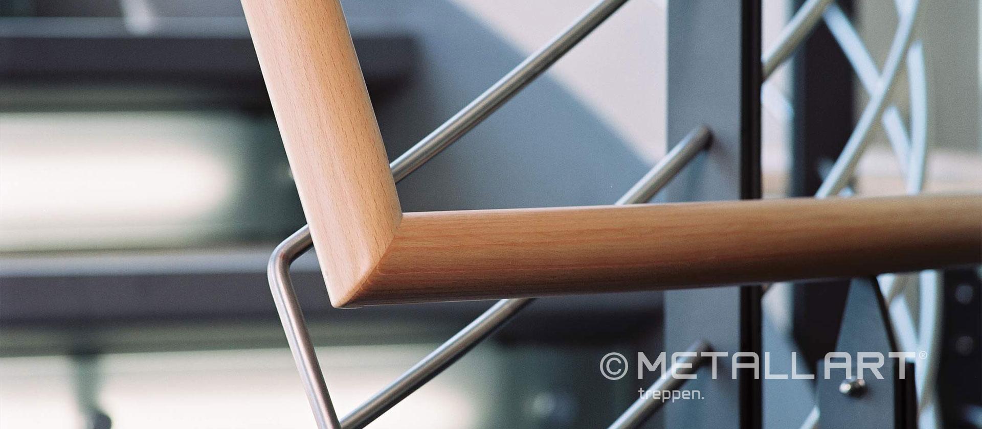 Eleganter Holzhandlauf mit Metall
