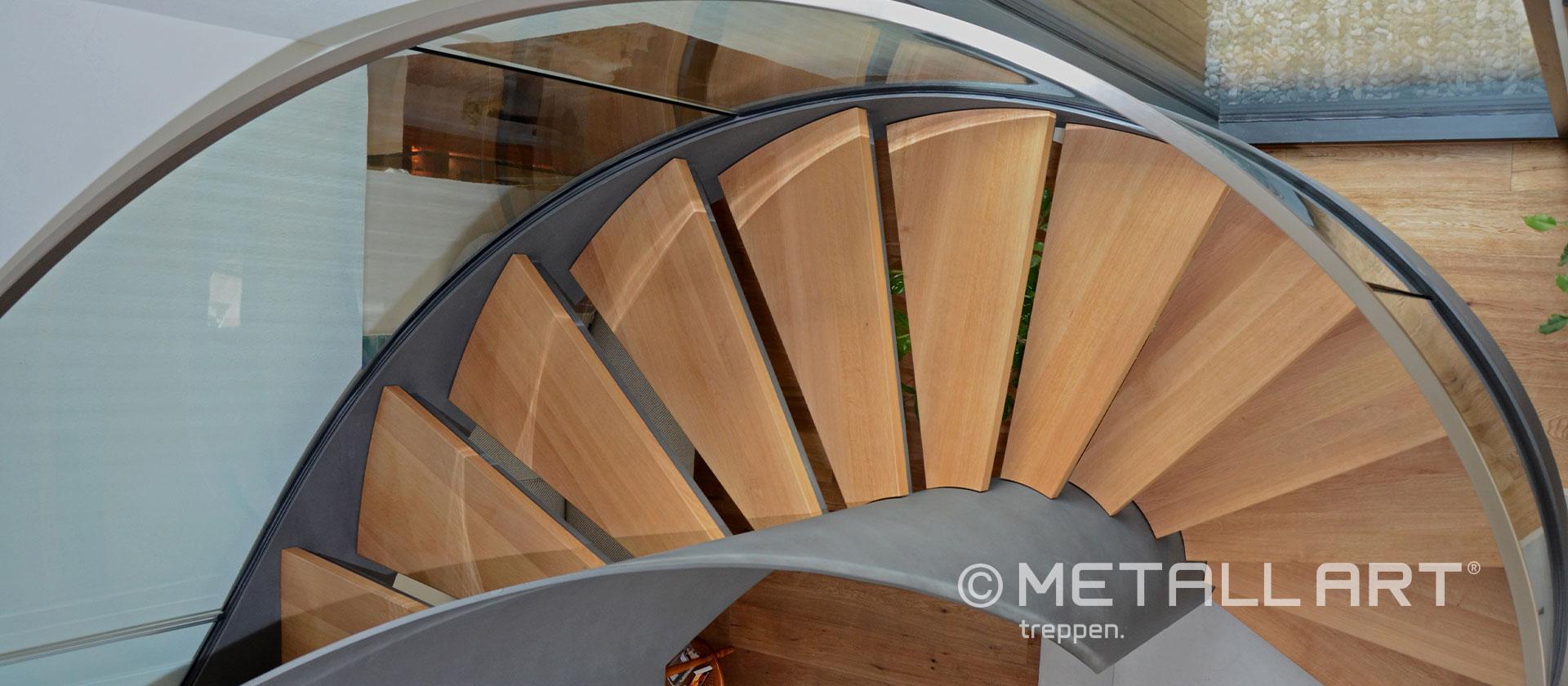 Gewendelte Treppe Glasgeländer Holz