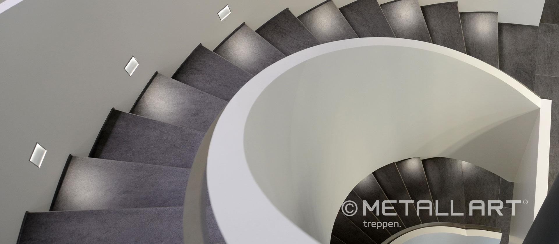 Gewendelte Treppe graue Stufen