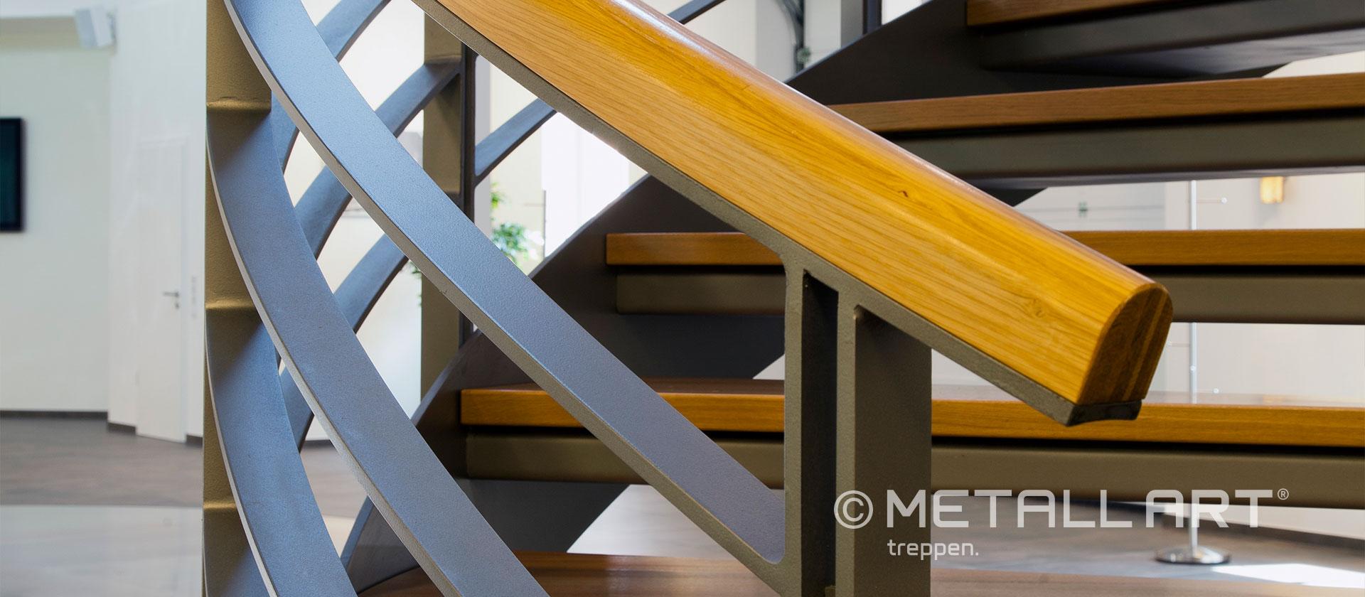 Gewendelte Treppe mit Holzhandlauf