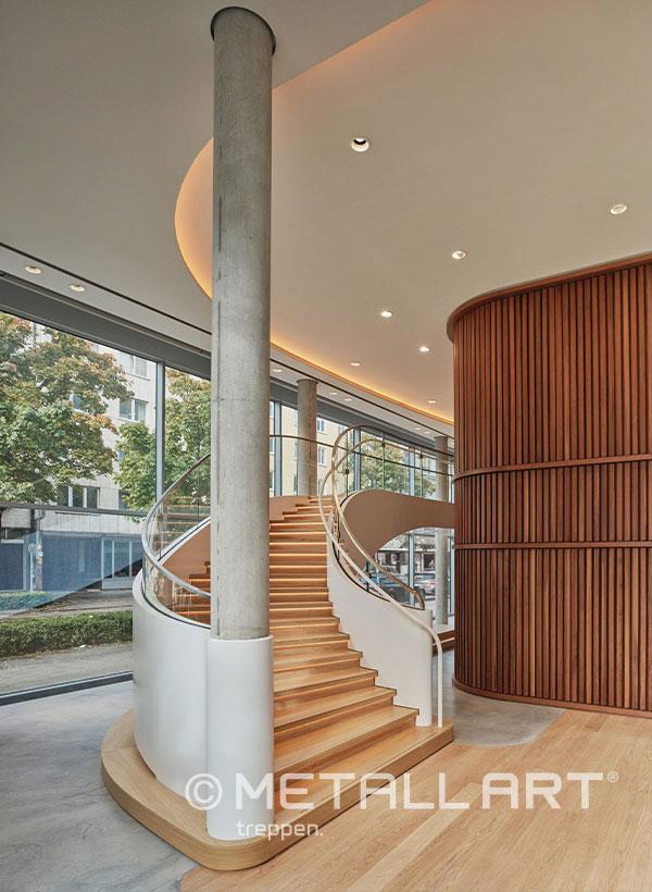 Gewendelte Treppe mit Holzstufen