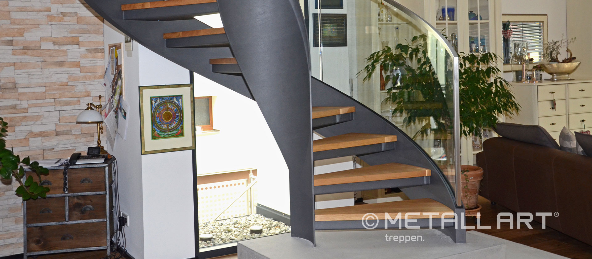 Treppe Design gewendelt grau