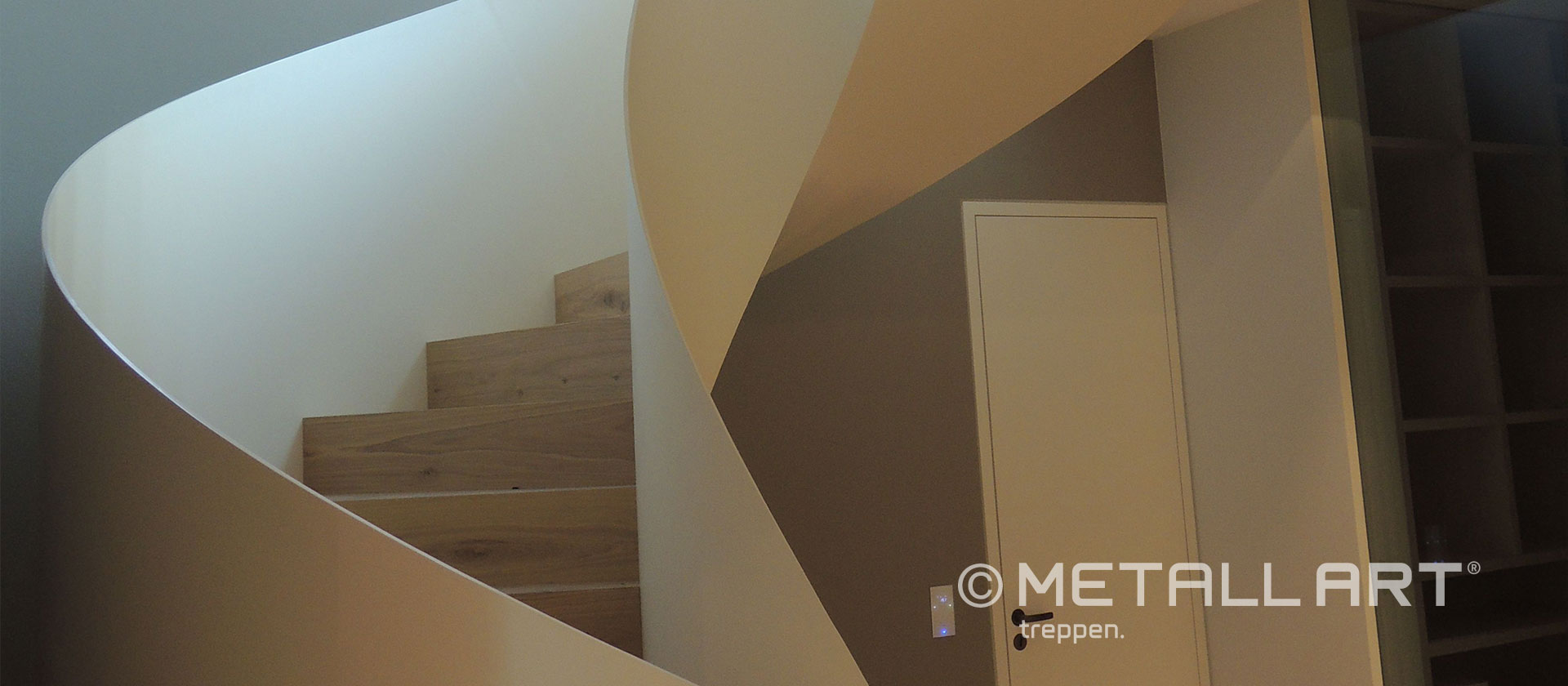 Treppe gewendelt mit Glasgeländer