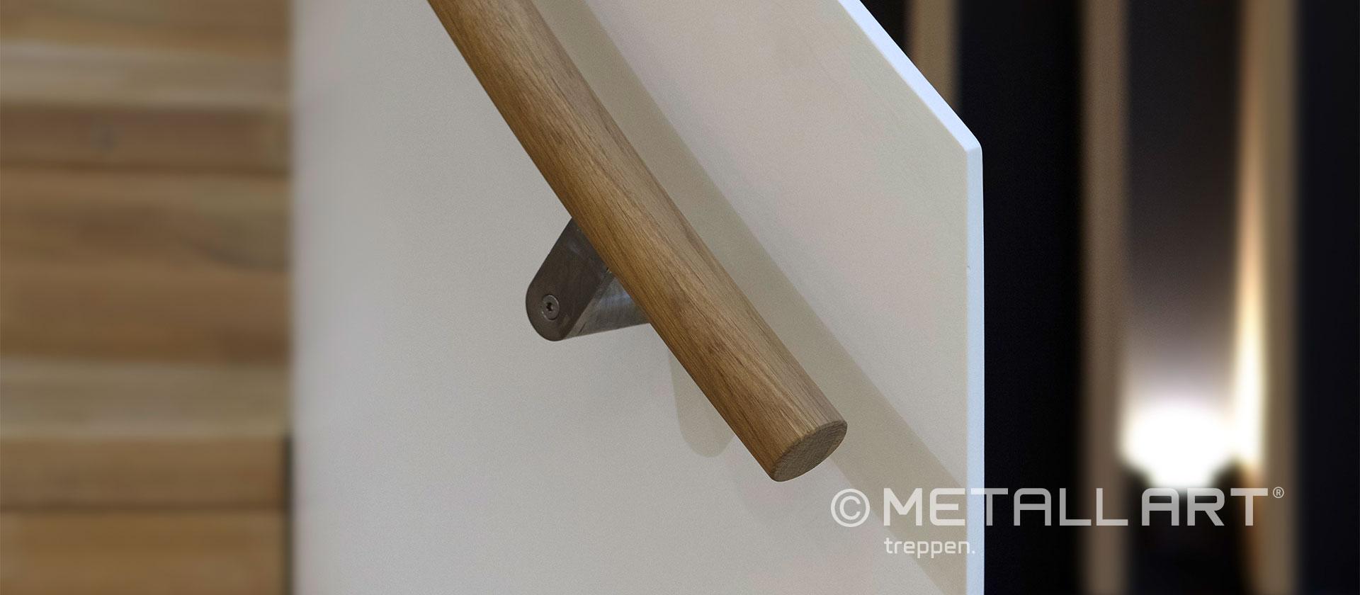 Treppe gewendelt und modern in weiß