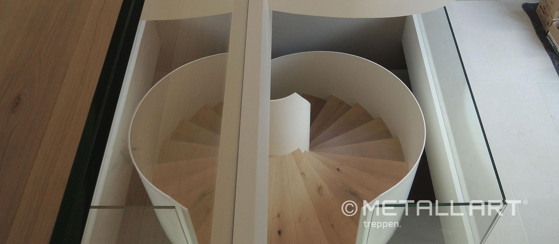 Treppe in weiß ohne Handlauf