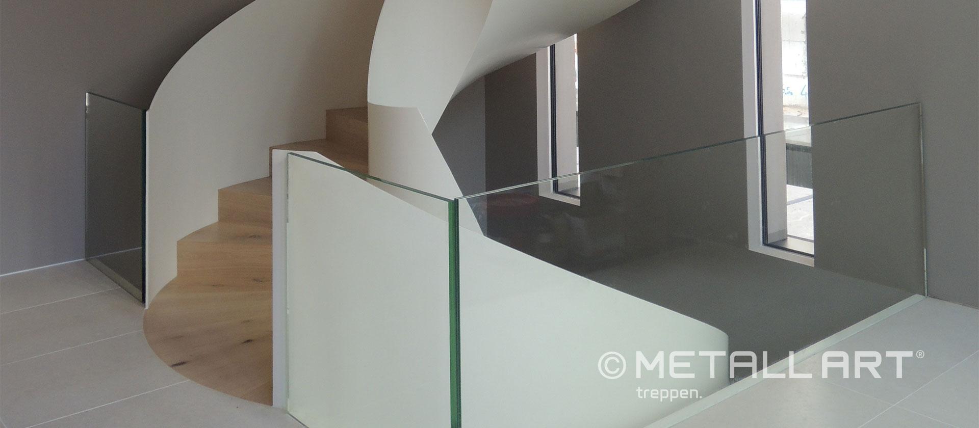 Treppe in weiß gewendelt