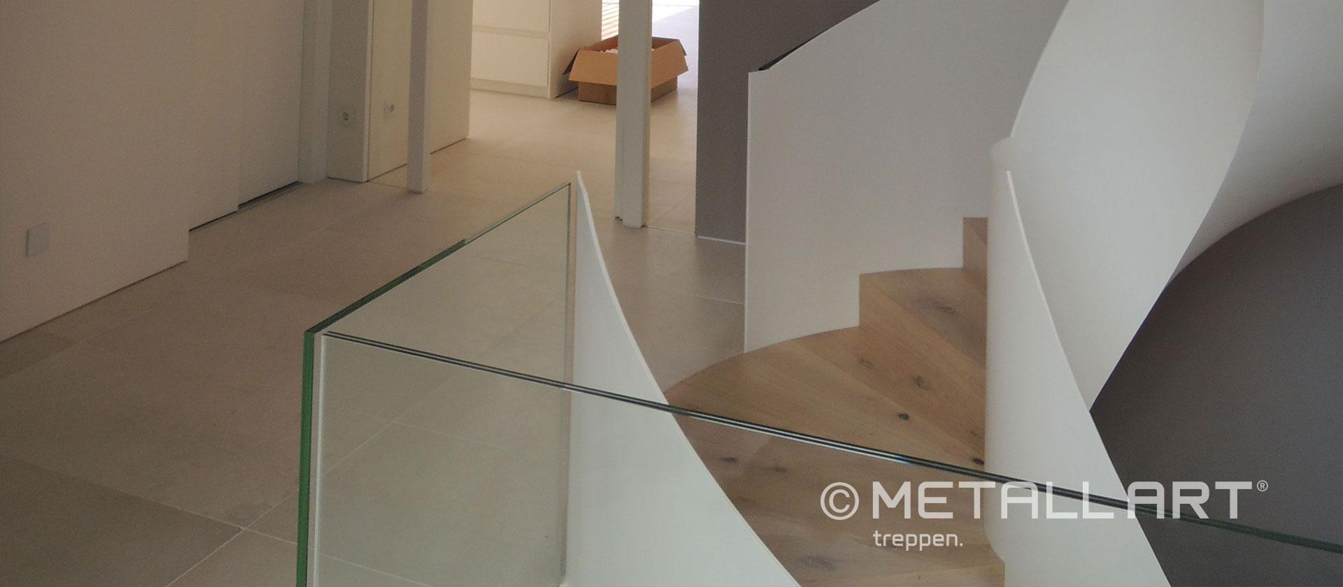 Weiße gewendelte Treppe