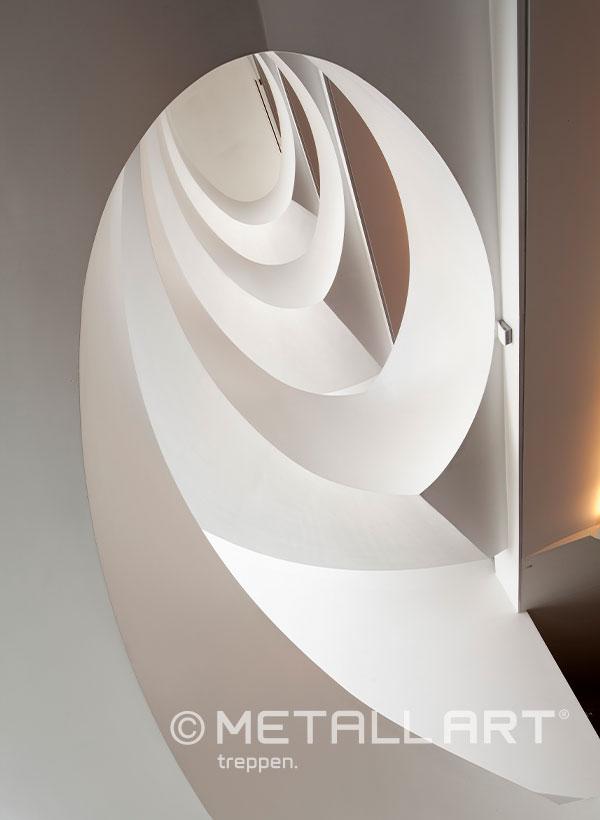 Wendeltreppe in weißem Design