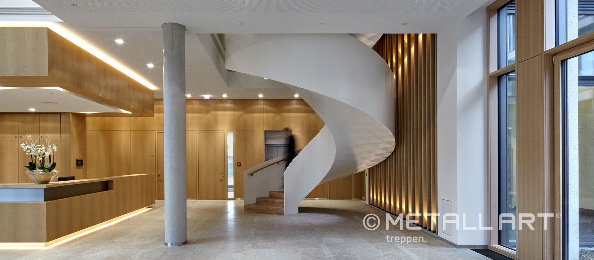 Wendeltreppe skulpturell weiß
