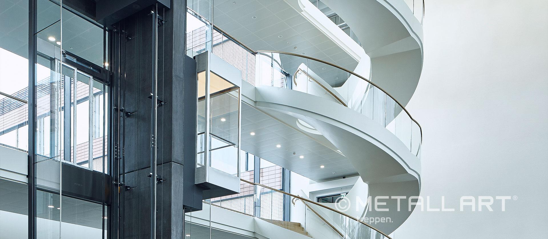 Designtreppe in weiß mit Holz-Akzenten