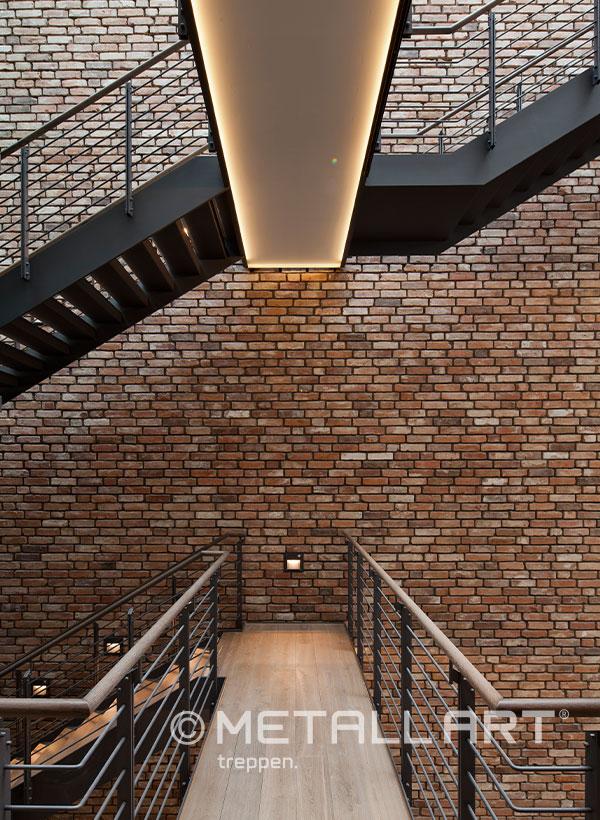 Dunkle Treppe mit Wangen