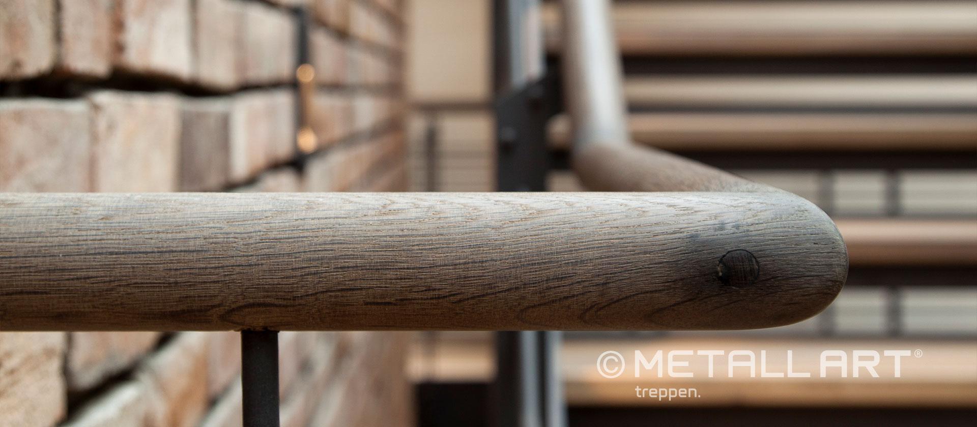 Dunkler Holzhandlauf in edlem Look
