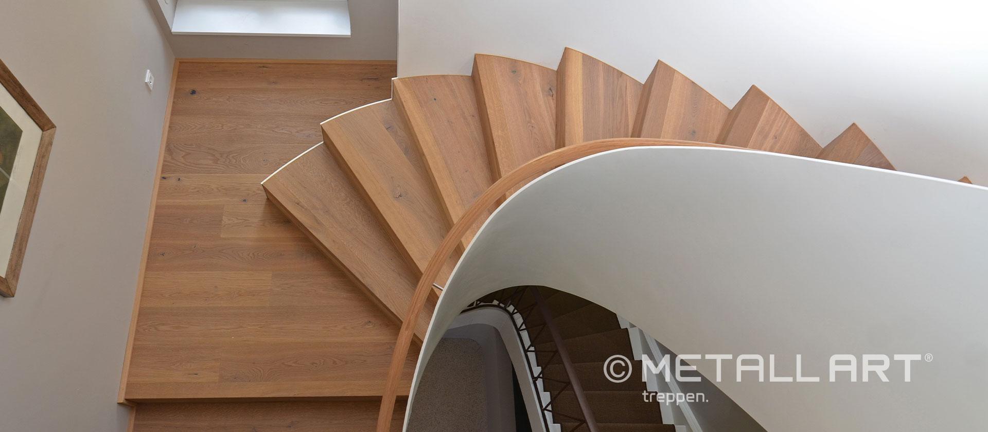 Elegante Faltwerktreppe mit Holz