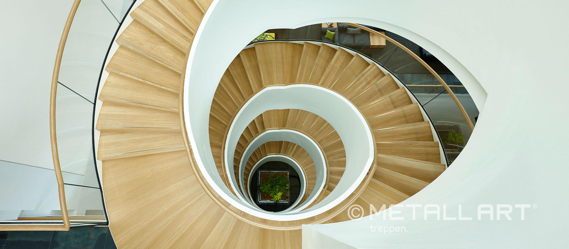 Elegante Treppe über mehrere Stockwerke