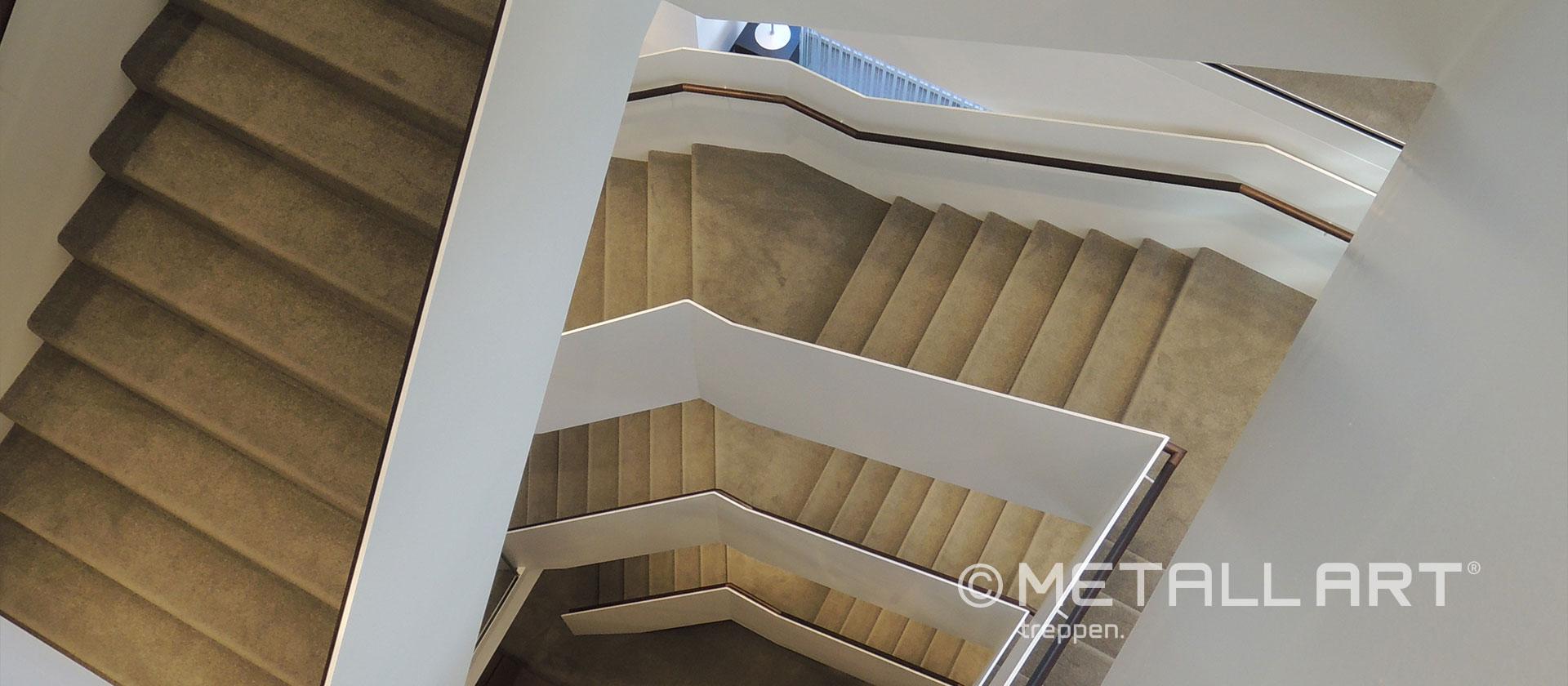Faltwerk Treppe in weiß