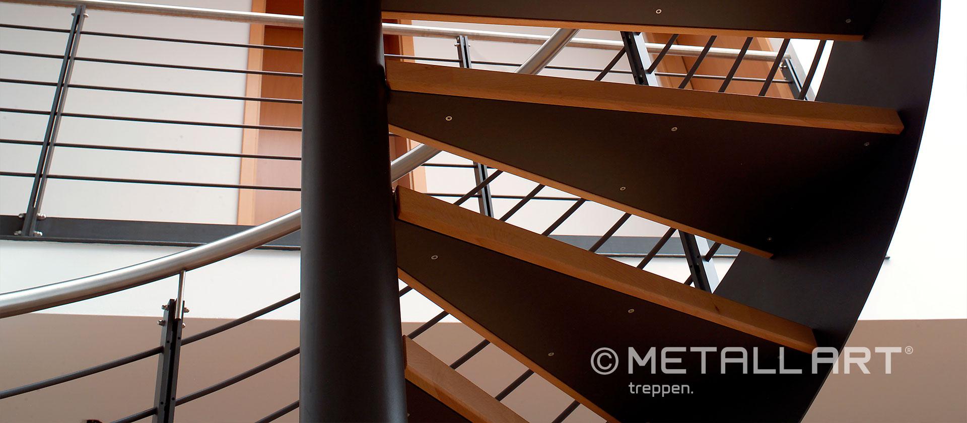 Gespindelte Treppe mit Stahlgeländer