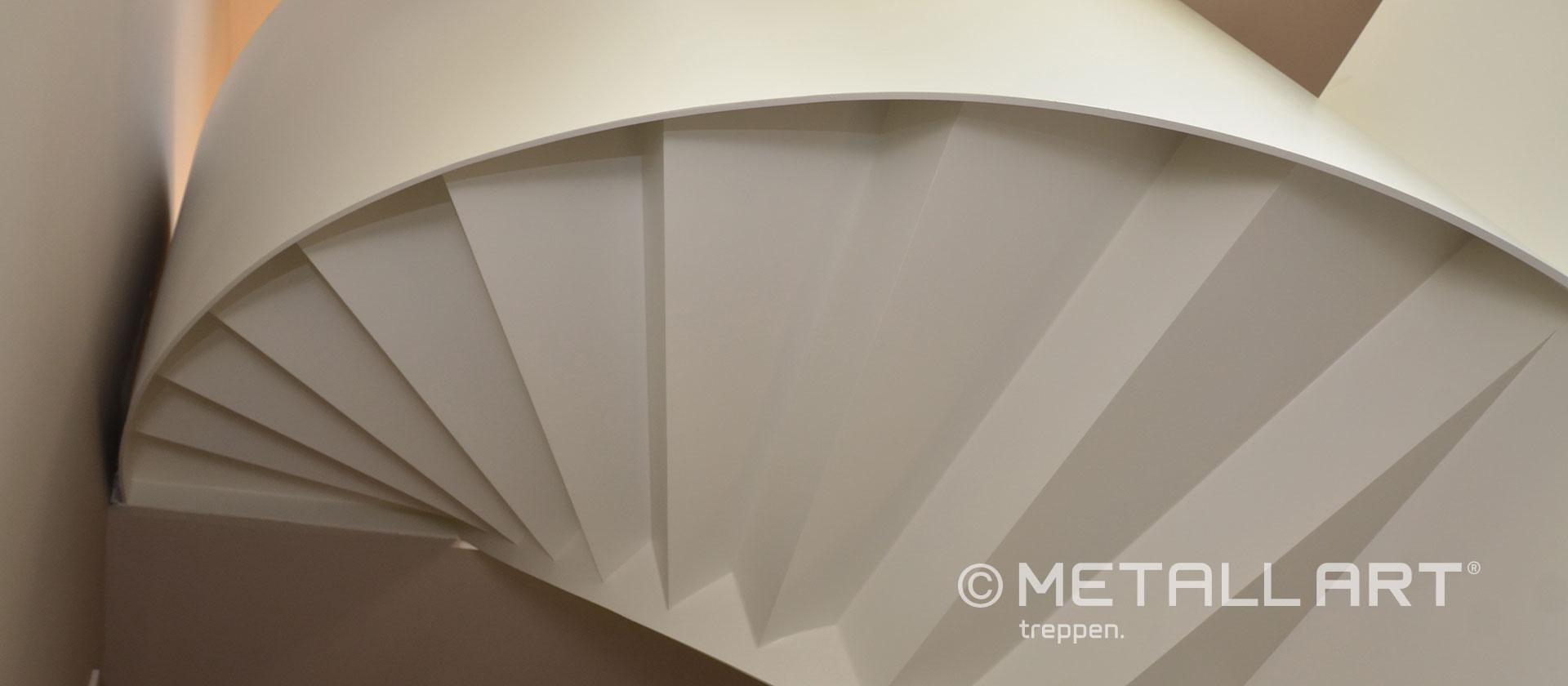 Gewendelte Treppe in hellem Stil