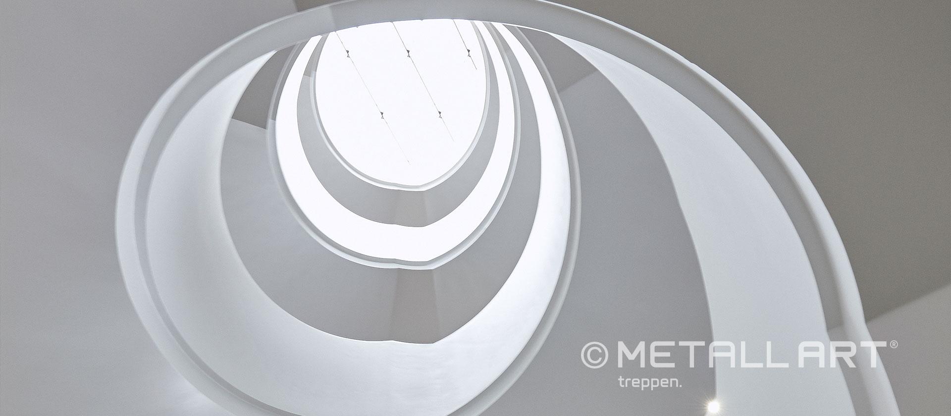 Gewendelte Treppe in weiß vier Etagen
