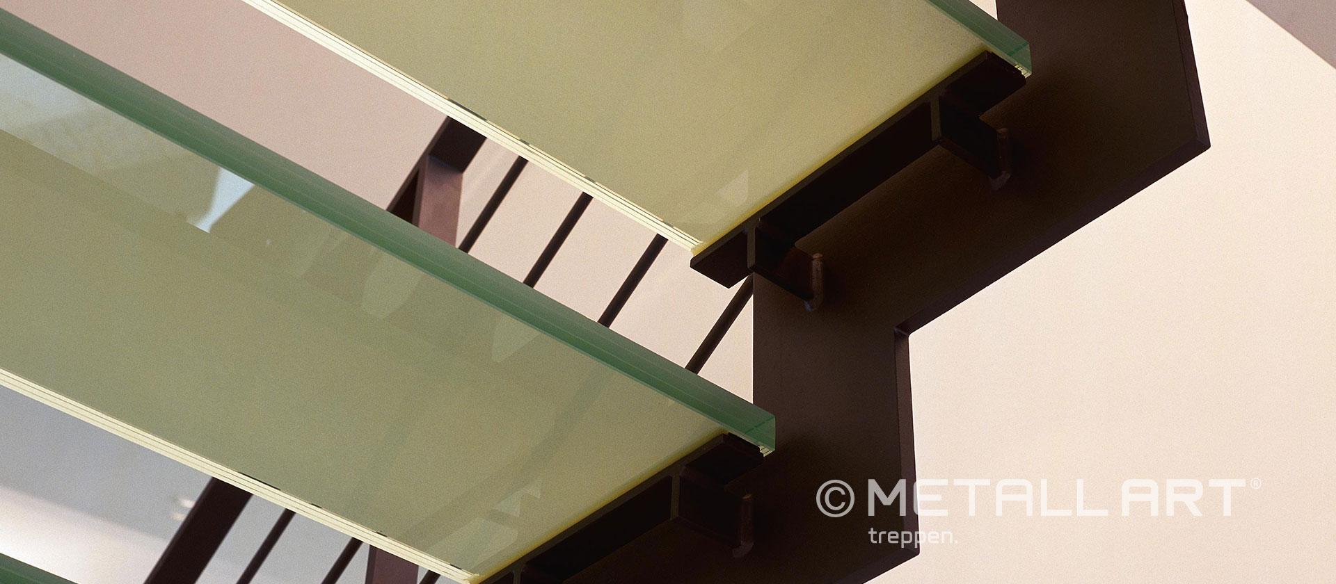 Glasstufentreppe jung modern