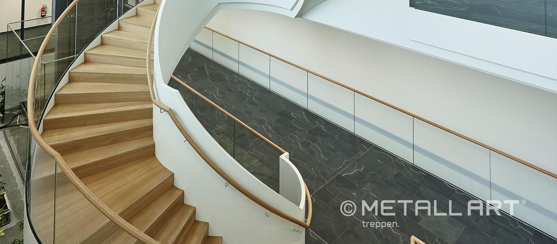 Hölzerne Akzente weiße Treppe