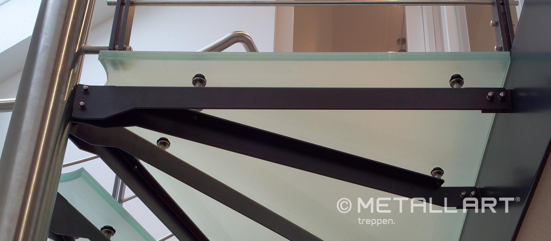 Moderne Spindeltreppe mit Glasstufen