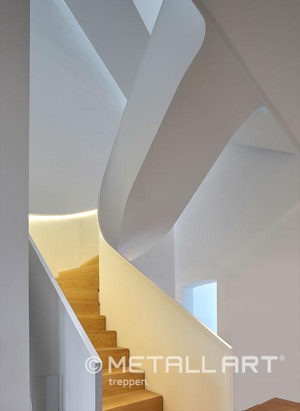 Skulpturale Treppe gewendelt mit Beleuchtung