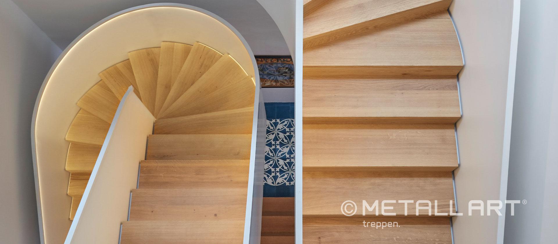 Skulpturale Treppe gewendelt weiß