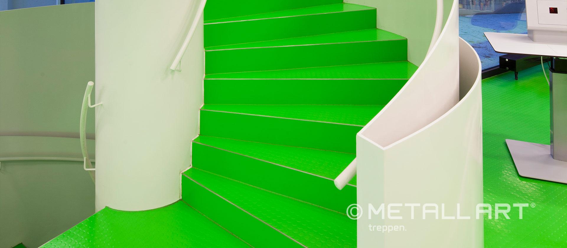Spindeltreppe mit grünen Stufen