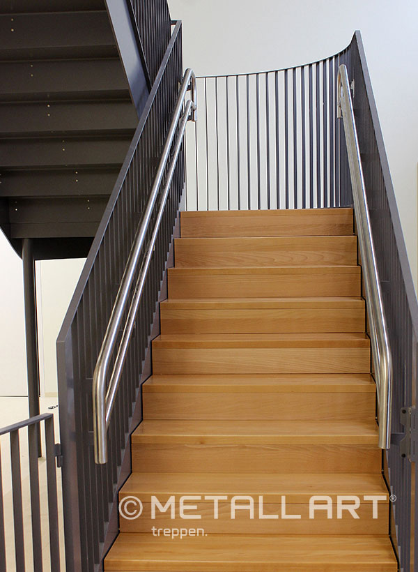 Stahltreppe Holzboden Edelstahlhandlauf