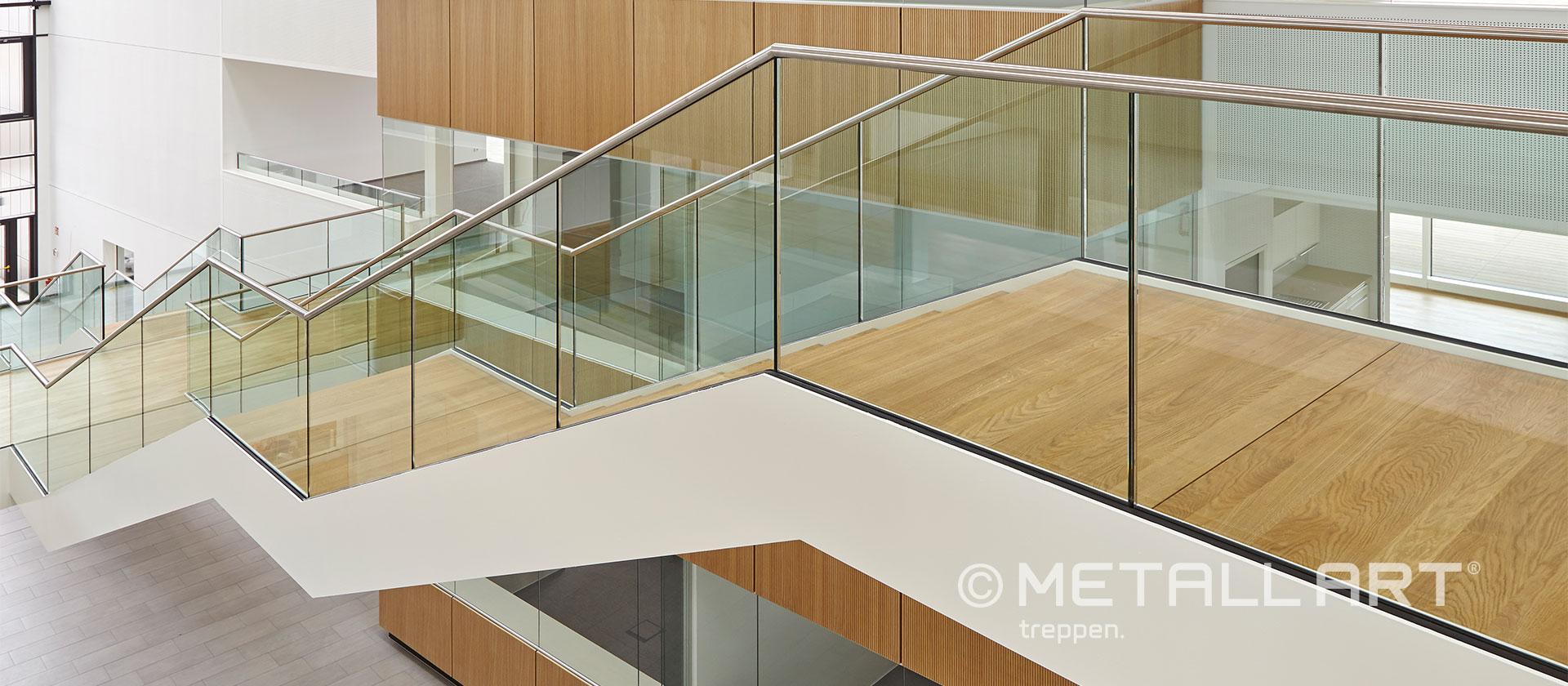 Treppe mit Brücke und Glasgeländer