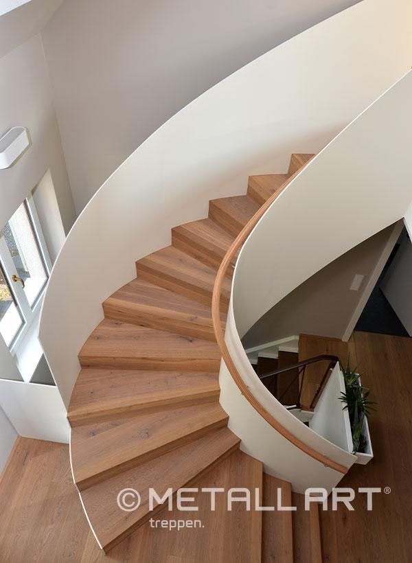 Treppe mit Wangen im Haus