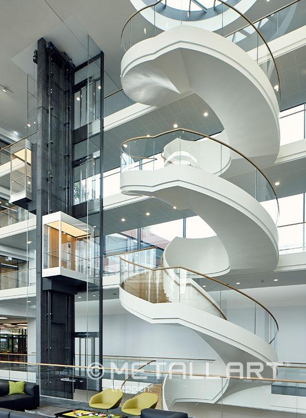 Treppe weiß mehrere Etagen