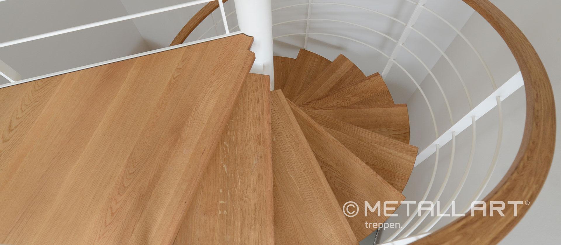 Weiße Treppe gespindelt