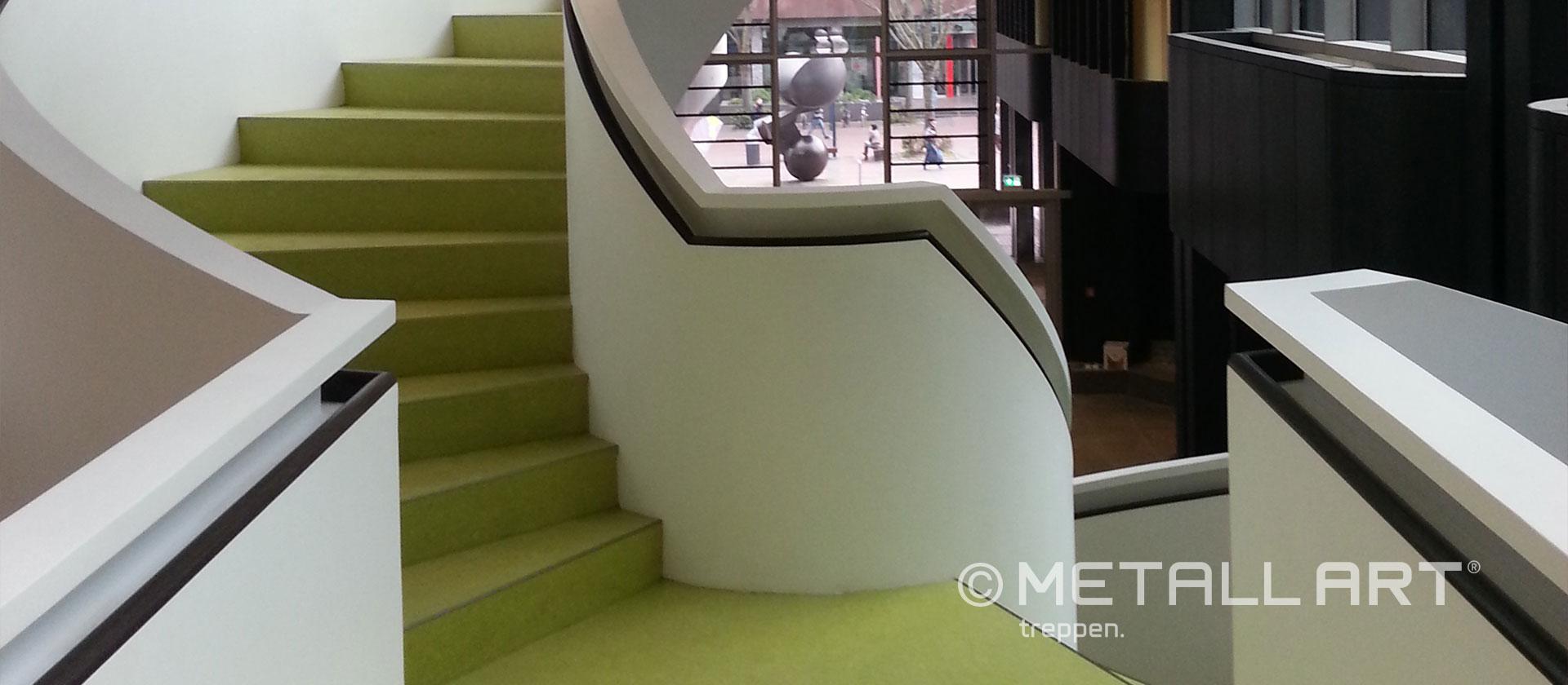 Weiße Treppe mit grünem Akzent