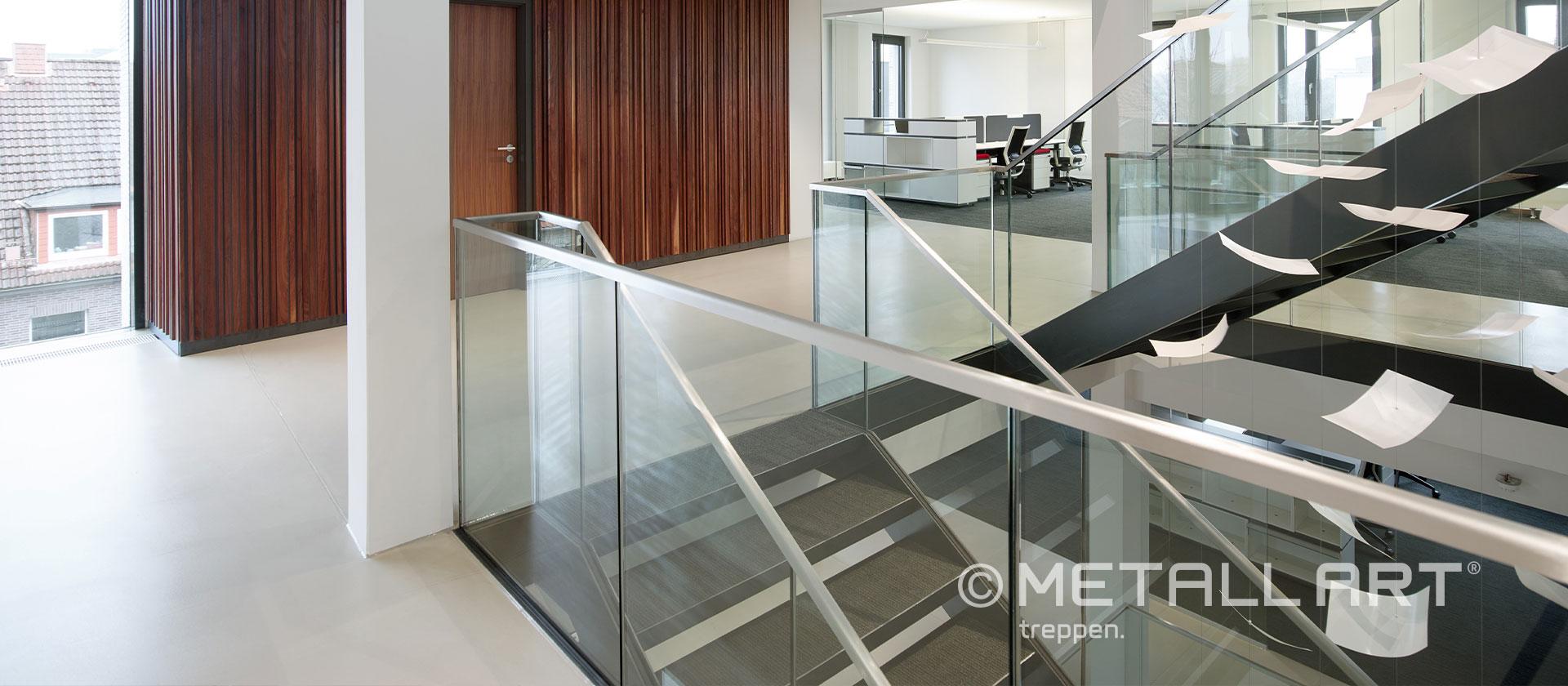 Glasgeländer für eine Stahltreppe
