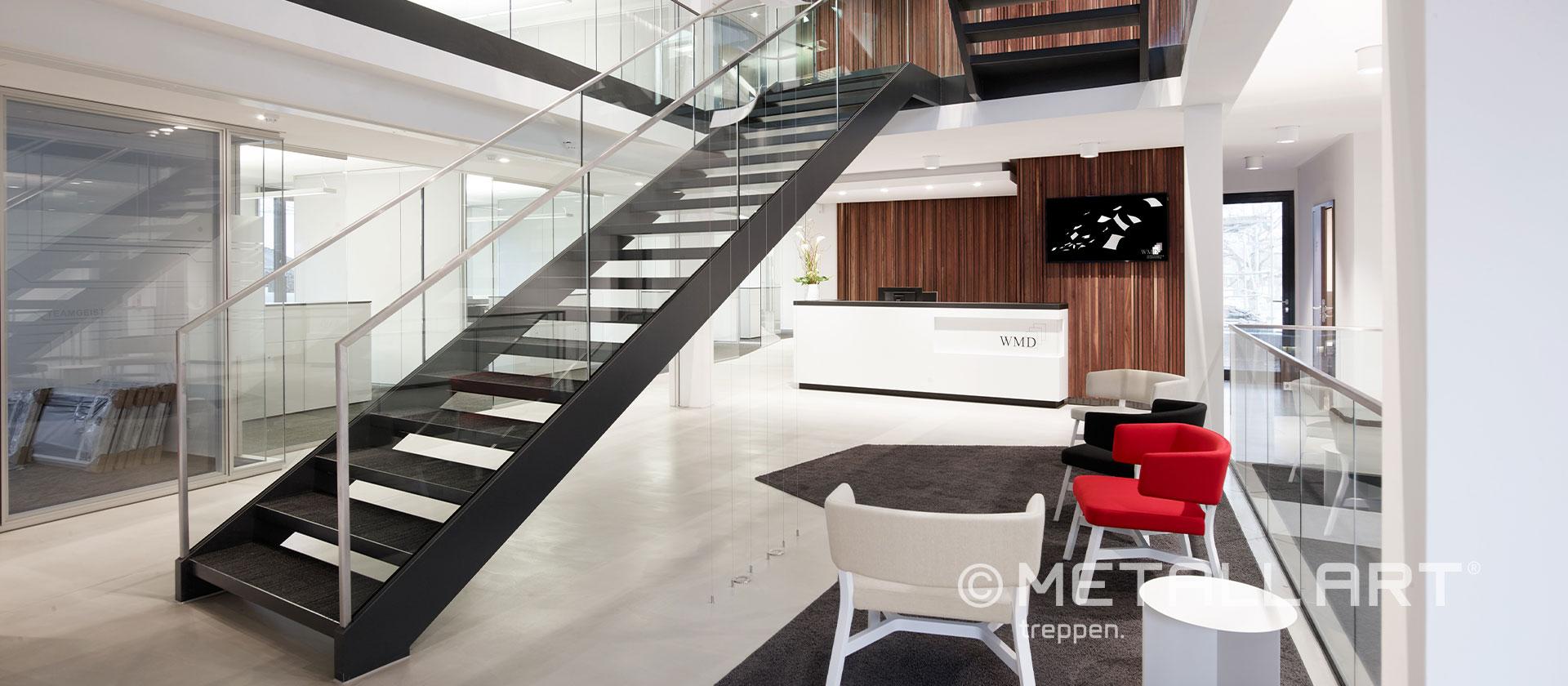 Treppe elegant mit Glasgeländer und Handlauf