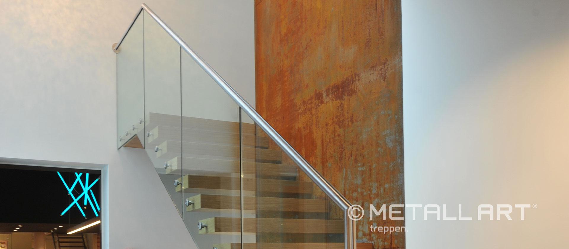 Treppe mit Metallhandlauf