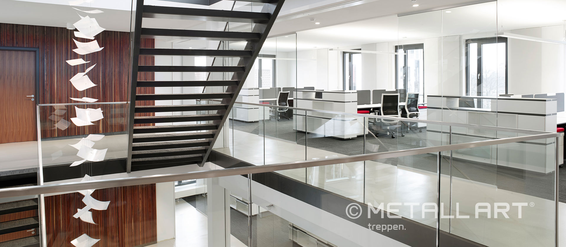 Treppe Stahl schwarz Glasgeländer